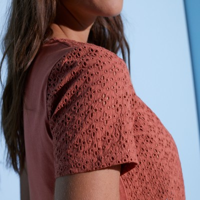 Tee-shirt col V broderie anglaise  : Vue zoom matière